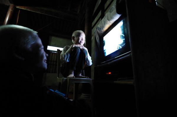 Không có đồng hồ hẹn giờ nên hôm nào lỡ dậy khi trời chưa sáng thì đành phải ngồi xem tivi.