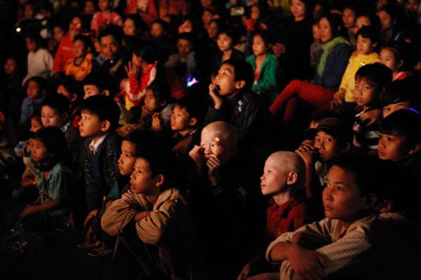 Gánh xiếc rong lâu lâu mới về làng đã thu hút toàn bộ sự chú ý của đám nhỏ chỉ bằng một chú khỉ đạp xích lô.