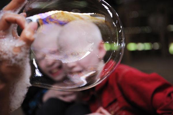 Nghịch bong bóng xà phòng cùng anh trai