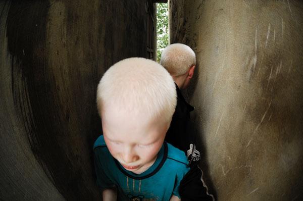 Ở trường hai em có một khe tường nhỏ, các bạn đều có thể dựa lưng vào vách này, đạp chân vào vách kia để leo dần lên cao. Riêng Huy và Hùng, do chân tay dài quá khổ nên không thể tham gia chơi trò này được, đành phải đứng dưới.
