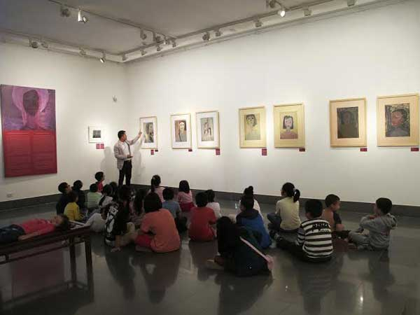 Art teacher and students at Tran Trung Tin's exhibition
