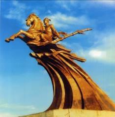 Tượng đài Thánh Gióng của điêu khắc gia Kim Xuân đặt tại Sóc Sơn, Hà Nội.